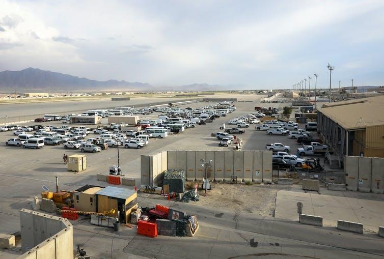 Véhicules américains à la base militaire aérienne de Bagram